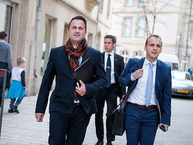 Xavier Bettel se dirige vers la Chambre des Députés, suivi de son Conseiller en communication, Paul Konsbruck.