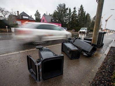 Sieht banal aus, kann aber gefährlich werden: Leere Mülltonnen werden vom Sturm erfasst und schlimmstenfalls auf die Fahrbahn geschleudert.
