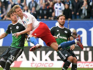 Hamburgs Slobodan Rajkovic spielt Roman Neustädter (links) und Marco Höger aus und macht das Tor.