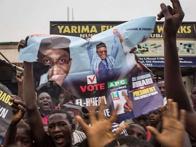 Hundreds of Nigerians celebrate at an intersection in the flashpoint northern city of Kaduna on March 31, 2015 the victory of main opposition All Progressives Congress (APC) presidential candidate Mohammadu Buhari.                     AFP PHOTO / NICHOLE SOBECKI