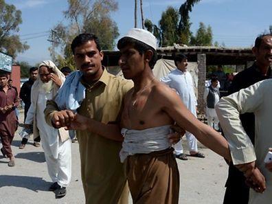 Samedi, le kamikaze a frappé devant une succursale de la Kabul Bank, la principale banque privée du pays, au moment où des fonctionnaires étaient venus toucher leur salaire mensuel.