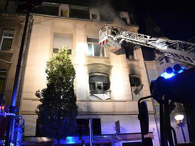 Die Feuerwehr löschte die Flammen mit einer Kraftfahrdrehleiter.