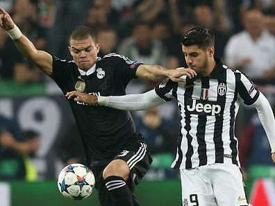 Juventus' forward from Spain Alvaro Morata (R) vies with Real Madrid's Portuguese defender Pepe during the UEFA Champions League semi-final first leg football match Juventus vs Real Madrid on May 5, 2015 at the Juventus stadium in Turin.     AFP PHOTO / MARCO BERTORELLO