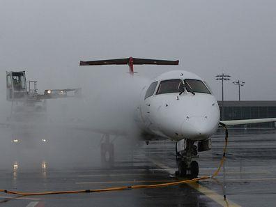 Die Enteisung der Flugzeuge belastet die Abwässer.