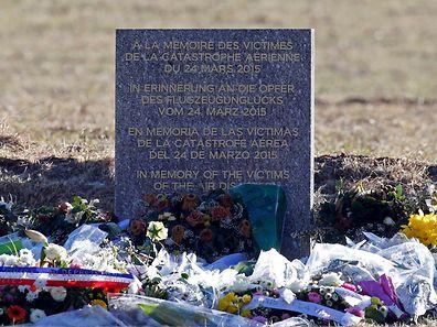 Une stèle a été installée à Le Vernet à proximité du lieu où l'avion s'est écrasé.