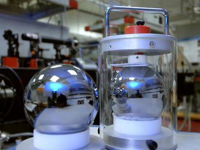 Mit den beiden Kugeln aus reinstem Silizium wollen Wissenschaftler der Physikalisch-Technischen Bundesanstalt das Kilogramm neu definieren.