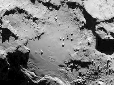 Cette photo datée du 6 août par l'Agence spatiale européenne montre un détail de la base du corps de la comète Tchouri prise par Rosetta. Des traces de vie microscopiques ont été repérées.