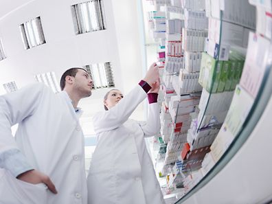 Die Substitution erschwert die Verwaltung der Lagerbestände für die Apotheker. Sie müssen neben den Originalmedikamenten auch immer die entsprechenden Generika vorrätig haben.