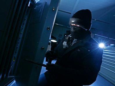 Der Täter bohrte ein Loch in die vordere Eingangstür und entriegelte den Verschluss.