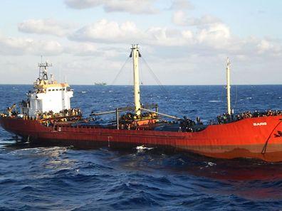 Das Frachtschiff ist wegen eines Motorschadens rund 30 Seemeilen südlich der Insel Kreta manövrierunfähig geworden.