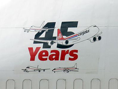 Dieser Sticker ist im vorderen Bereich einer Boieng 747-4B5 (BCF) angebracht.