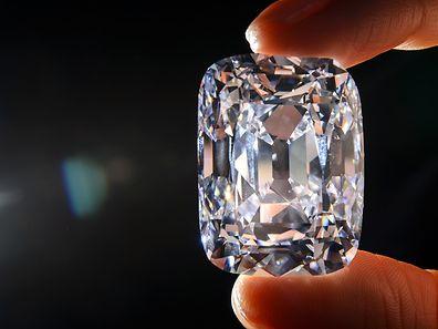 Der Traum eines jeden Arbeitnehmers: ein Chef, der einem Diamantschmuck und Autos schenkt.