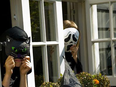 Gruselige Halloweenmasken sind schnell gemacht: Kinder können sie sich zum Beispiel aus Eierkartons basteln.