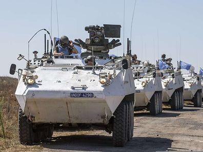 Blauhelmsoldaten in gepanzerten Vehikeln patrouillieren auf den Golan-Höhen.