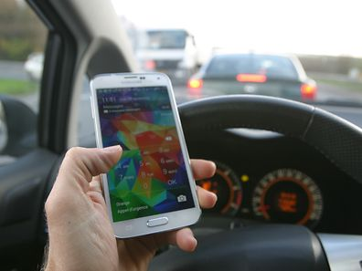 28% des sondés avouent envoyer des messages avec leur smartphone pendant qu'ils conduisent! Ils sont mêmes un sur deux chez les moins de 35 ans.