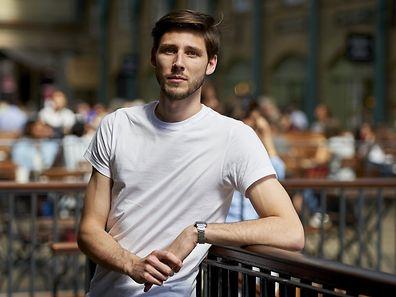 Le Britannique Thom Feeney, employé dans un magasin de chaussures avait déjà récolté 450.000 euros pour la Grèce, mardi soir.