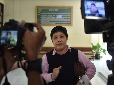 Nancy Yuliana, l'avocate indonésienne du Français Serge Atlaoui, s'exprime devant les médias après une audience auprès de la Cour administrative de Jakarta où un procès en appel lui a été accordé.