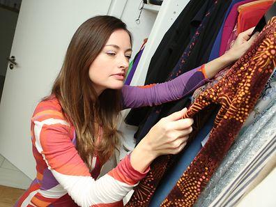 Nur weil das Kleid nicht mehr gefällt, gehört es noch lange nicht in den Müll. In Second-Hand-Läden oder bei Tauschpartys findet es sicher einen neuen Besitzer.