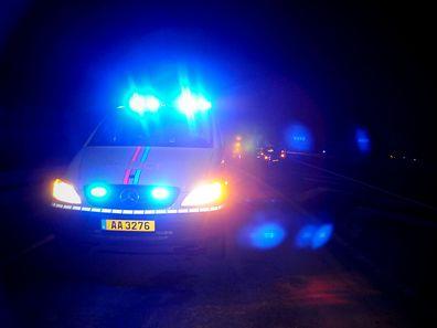 Brutal ausgeraubt wurde ein Autofahrer, der an einer roten Ampel hielt.