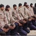 Uma imagem retirada de um vídeo realizado pelo Estado Islâmico que mostra, alegadamente, membros do grupo que se preparam para executar 15 sírios. A revista Sábado diz  que não se sabe exactamente qual a função do português do Luxemburgo no Estado Islâmico.