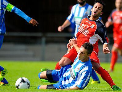Jose Paulo en duel avec Bruno Leites. L'ASL Porto a taclé le CeBra et l'a éjecté de la Coupe.