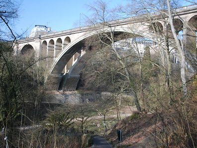 """Mit ihrem Bogendurchmesser von 84,65 Metern hielt die """"Nei Bréck"""" einst den Weltrekord als größte Steinbogenbrücke der Welt."""
