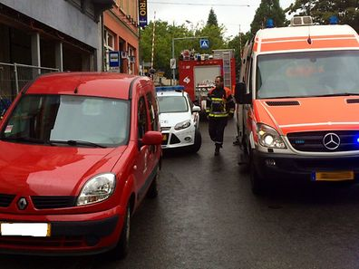 Die Insassen des roten Wagens wurden ins Krankenhaus eingeliefert.