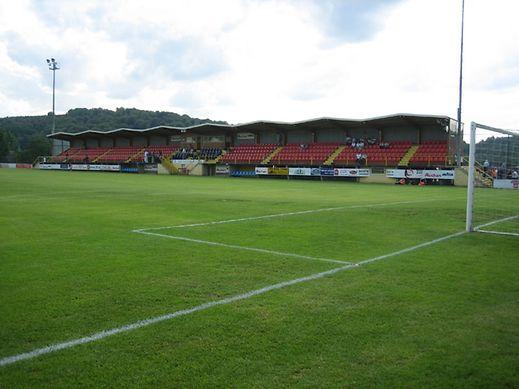 Auch das Spielfeld in Düdelingen ist für die Anforderungen der UEFA zu klein.