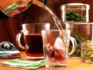 Wie der Tee vom Strauch in die Tasse kam, fragt sich der Verbraucher in der Regel selten.
