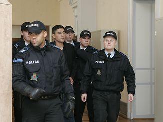 Unter strengsten Sicherheitsmaßnahmen wird Gilles Lousada im Juli 2009 zu den Verhandlungen im Prozess um die Schießerei in Esch gebracht.