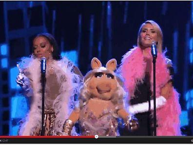 Ein piepsiges Trio: Miss Piggy mit Mel B (li) und Heidi Klum (re) im Hintergrund.
