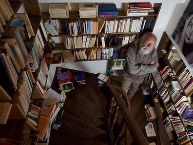 Lambert Schlechter dans sa maison pleine de livres.