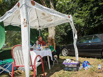 Das Paar aus der Nähe von Trier hat es sich auf dem Parkplatz an der Autobahn gemütlich gemacht.