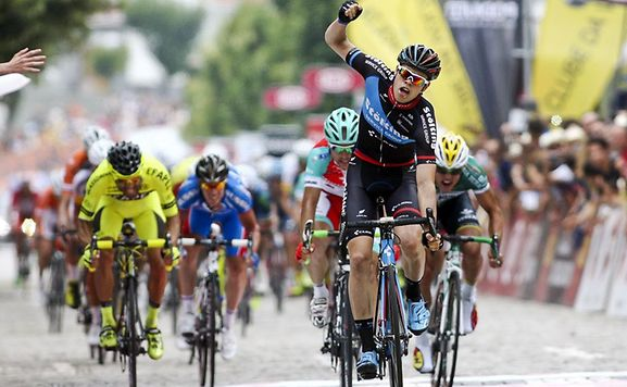 Photo: For the second time in the Volta a Portugal, Bauhaus showed his immense sprint potential by easily passing Vigano in the bunch kick on stage 6; Veloso enjoyed an easy day and retained his lead... � www.wort.lu