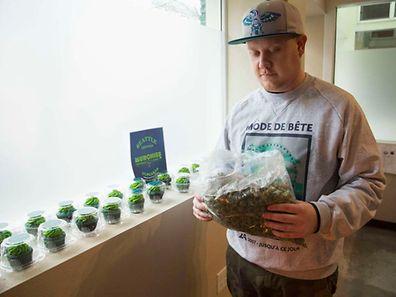 """In den US-Bundesstaaten Colorado und Washington (hier der Besitzer eines """"Cannabis Clubs"""" in Seattle) ist Kiffen bereits erlaubt."""