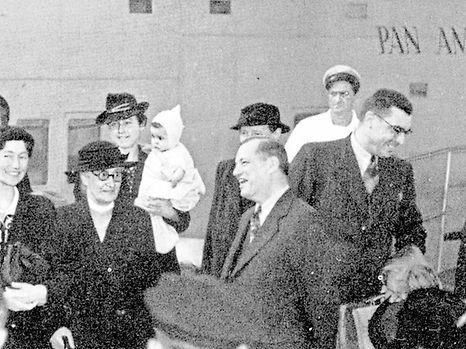 """Nach langem Zögern und innerer Zerrissenheit betritt Großherzogin Charlotte (l.) am 4. Oktober 1940 in New York amerikanischen Boden. Mit einem """"Yankee Clipper"""", einem Wasserflugzeug der """"Pan American Airways"""", ist sie von Lissabon aus über den Atlantik geflogen. Rechts neben der Großherzogin steht ihre Mutter, Großherzogin Marie-Anne, daneben der amerikanische Botschafter D. H. Morris. Hinter der Großherzogin erkennt man ihre Kammerzofe Alice Sinner, Madame Guillaume Konsbruck und deren Sohn Guy Konsbruck, die Gräfin de Lynar, Ehrendame der Großherzogin Marie-Anne, den Flügeladjutanten Guillaume Konsbruck und den Luxemburger Geschäftsträger in den USA, Hugues Le Gallais."""