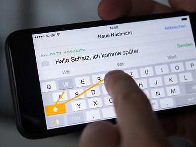 Wischen statt Tippen. Mit Tastatur-Apps von Drittanbietern, hier die App Swype, kann man oft schneller Texte eingeben.