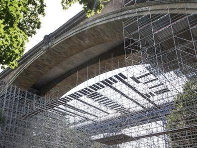 Am Pont Adolphe soll eine Fahrradbrücke befestigt werden.