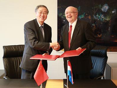 Le Gouverneur de la Banque populaire de Chine, Xiaochuan Zhou, et le Gouverneur de la Banque centrale du Luxembourg, Gaston Reinesch