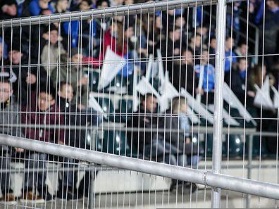 Weg gesperrt wie im Zoo. Dabei sind es ganz normale Zuschauer bei einem Fußballspiel.