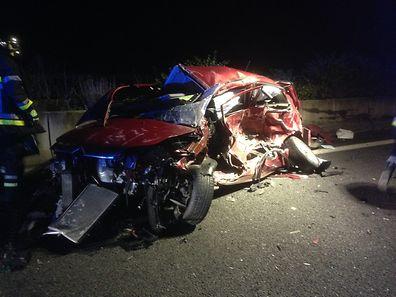 Das Unfallauto wurde bei dem Zusammenstoß völlig demoliert.
