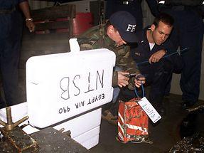 Fachleute des FBI bergen die Flugdatenschreiber der abgestürzten Maschne.