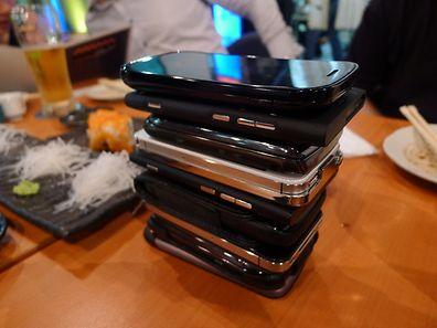 Le phonestacking consiste à empiler les smartphones sur la table et à ne plus y toucher... sous peine de devoir payer l'addition. Un moyen de décrocher, le temps d'une soirée.