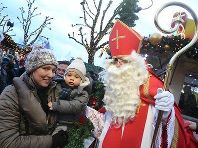 """Mit """"Engelcher"""" und dem """"Houseker"""" war St. Nikolaus in der Hauptstadt unterwegs, um die braven Kinder zu beschenken."""
