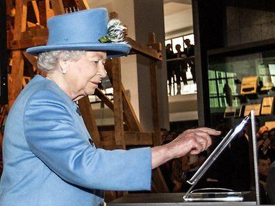 Das Londoner Science Museum bildete den angemessenen Rahmen für den denkwürdigen Moment, in dem Queen Elizabeth II. per Fingerdruck auf ein Tablet ihre erste Twitter-Botschaft abschickte.