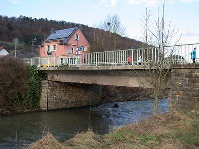 Die alte, marode Brücke wird abgerissen.