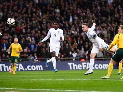 Wayne Rooney (weißes Trikot, r.) traf gegen Litauen.