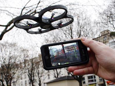 Un drone piloté grâce à un smartphone, à Paris.
