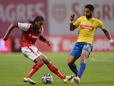 Alan do Sporting de Braga disputa a bola com Babanco do Estoril