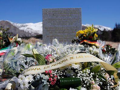 Blumen an der Gedenktafel in Seyne-les-Alpes für die Opfer des Absturzes vom 24. März.